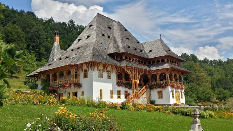美丽的传统房子在修道院庭院里 maramures罗马尼亚 免版税库存图片