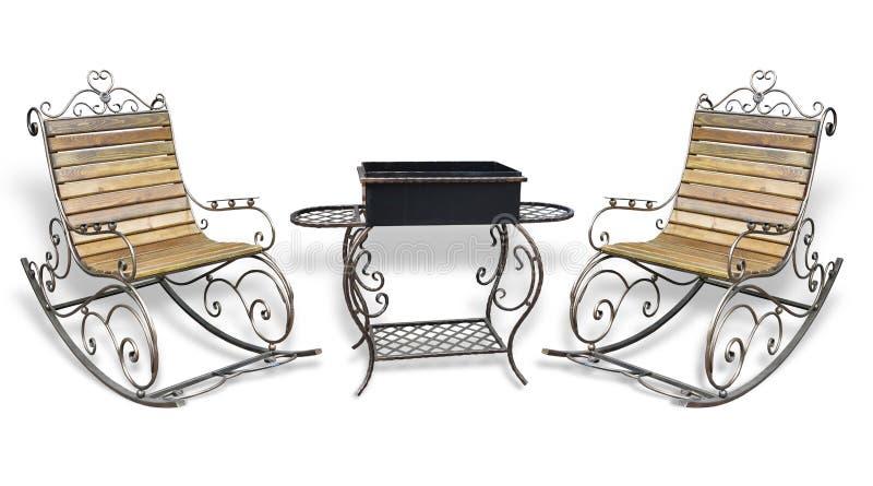 美丽的伪造的metall roching的椅子和烤肉格栅孤立 免版税库存照片