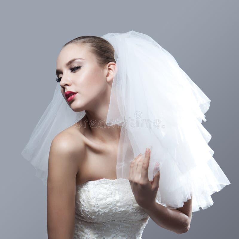 美丽的体贴的新娘画象  免版税库存照片
