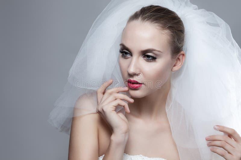 美丽的体贴的新娘画象  库存图片