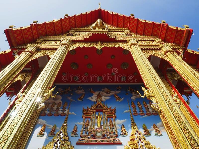 美丽的佛教寺庙上涨入蓝天 免版税图库摄影