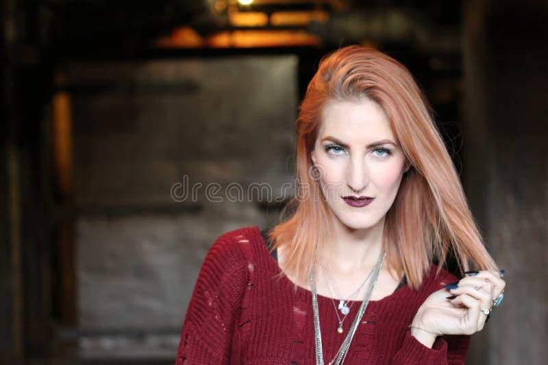 美丽的偏僻的红色顶头在黑暗的可怕隧道附近的姜哥特式女孩 图库摄影