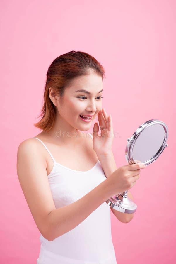 年轻美丽的健康亚裔妇女和反射的面孔在Th 免版税库存图片