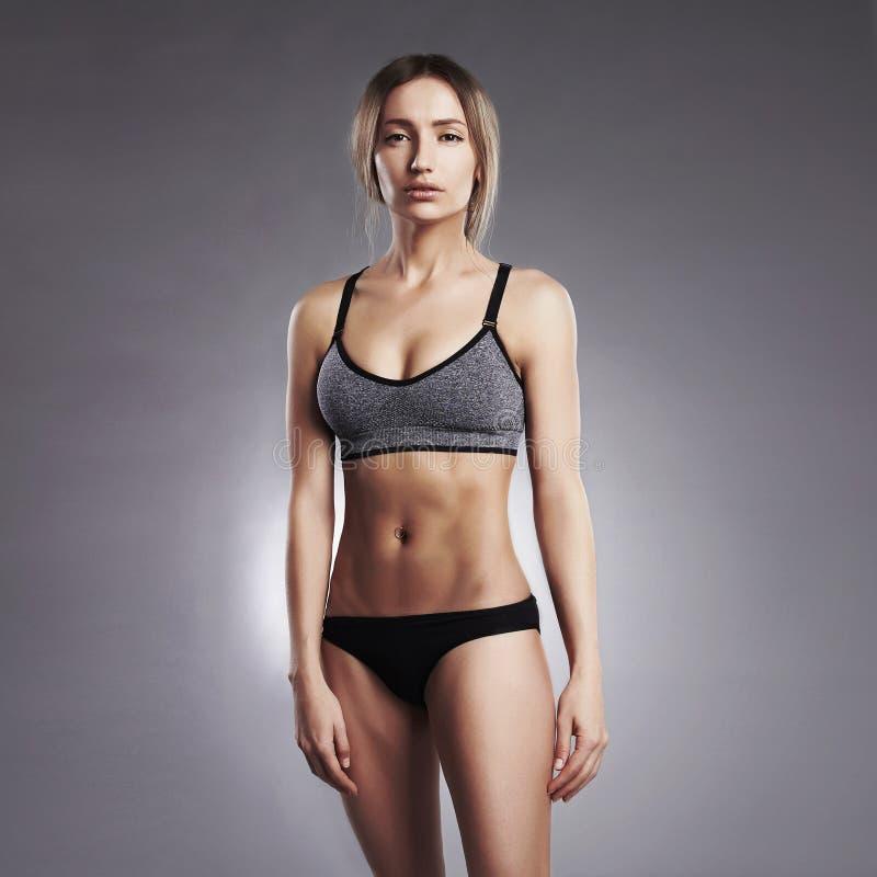 美丽的健身辅导员女孩 免版税库存照片