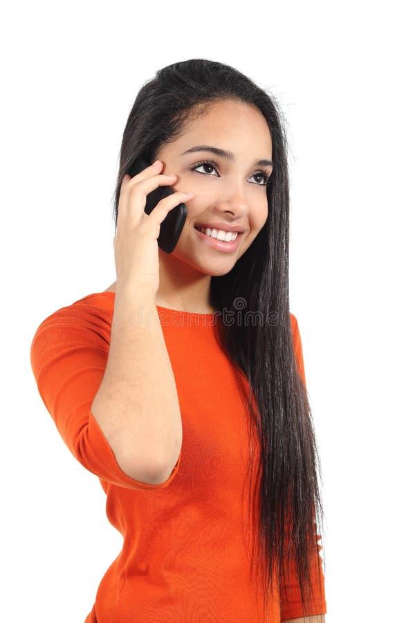 美丽的偶然回教妇女谈话在手机 免版税库存图片