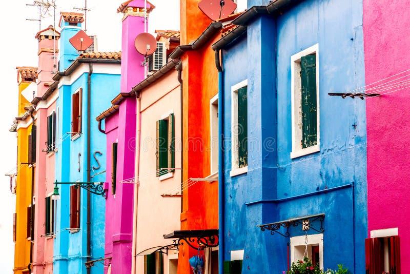 美丽的充满活力的五颜六色的房子在威尼斯附近的Burano在意大利 免版税库存图片