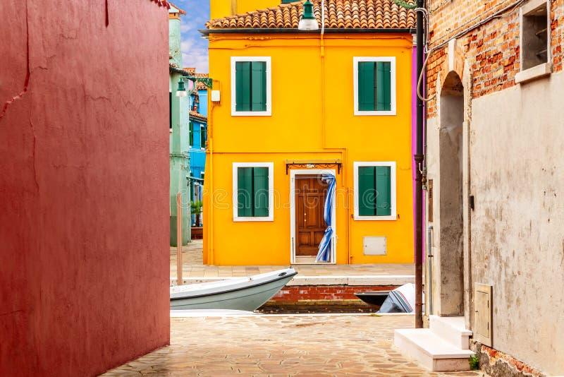 美丽的充满活力的五颜六色的房子在有狭窄的街道的Burano在威尼斯附近在意大利 库存图片