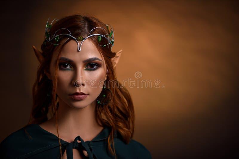 美丽的公主庄稼银色冠状头饰的与绿宝石 免版税图库摄影