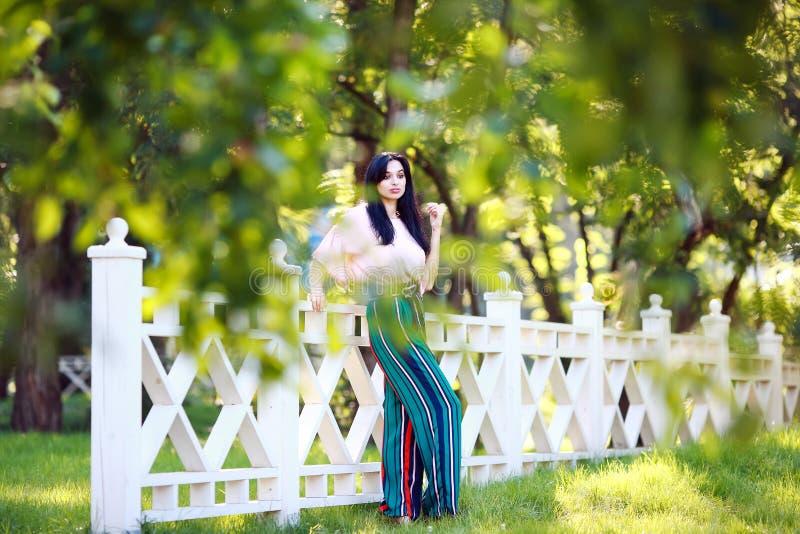 美丽的公园妇女年轻人 免版税图库摄影
