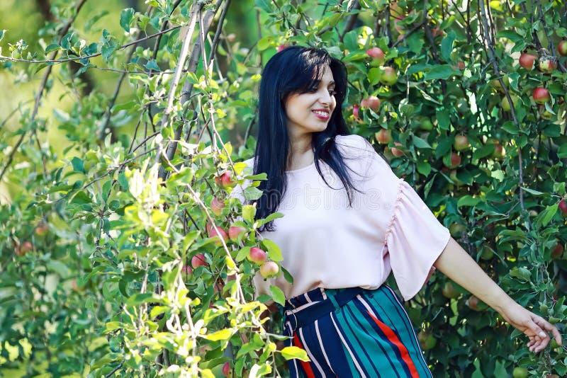 美丽的公园妇女年轻人 库存图片