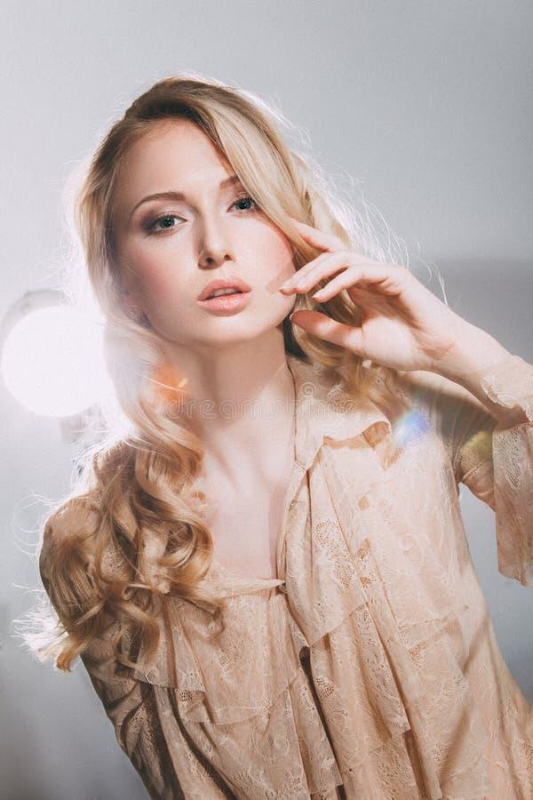 美丽的典雅的女孩的时尚画象 免版税库存图片
