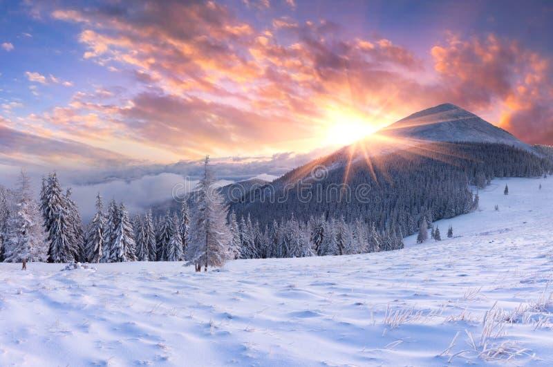 美丽的冬天sunrisein山。 库存照片