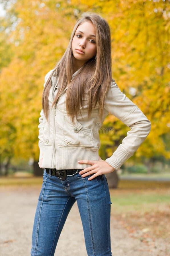 美丽的冷颤的穿戴的模型天气年轻人 免版税库存照片