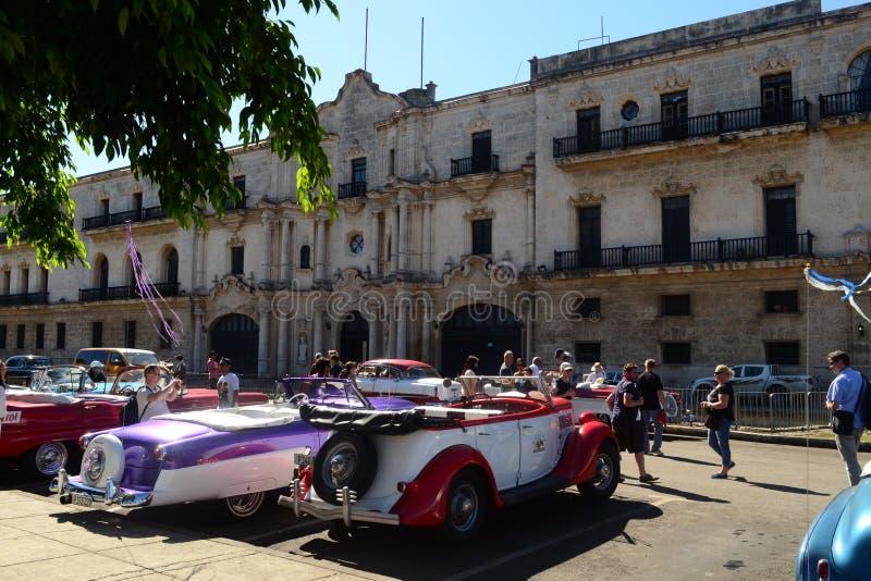 美丽的减速火箭的葡萄酒汽车出租汽车 哈瓦那,古巴 图库摄影