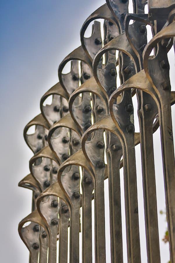 美丽的加工的篱芭 装饰生铁篱芭的图象 金属范围关闭 金属伪造了篱芭 美丽 免版税库存图片