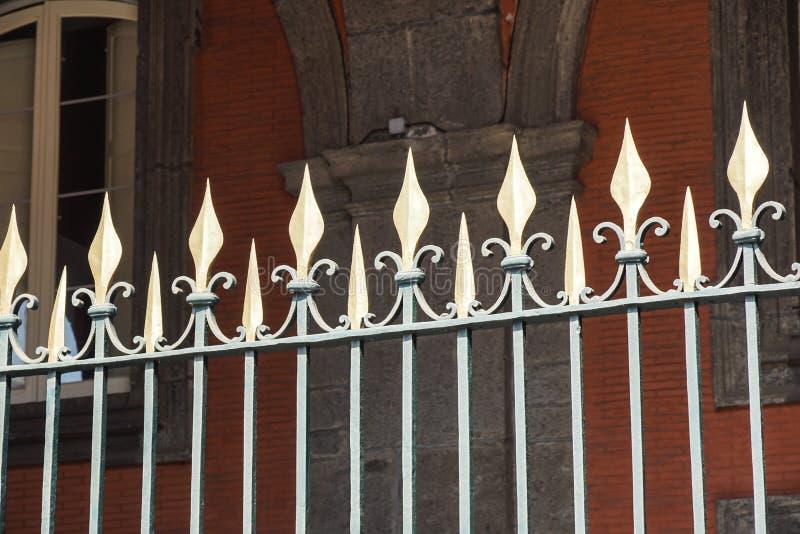 美丽的加工的篱芭 装饰生铁篱芭的图象 金属范围关闭 金属伪造了篱芭 库存图片
