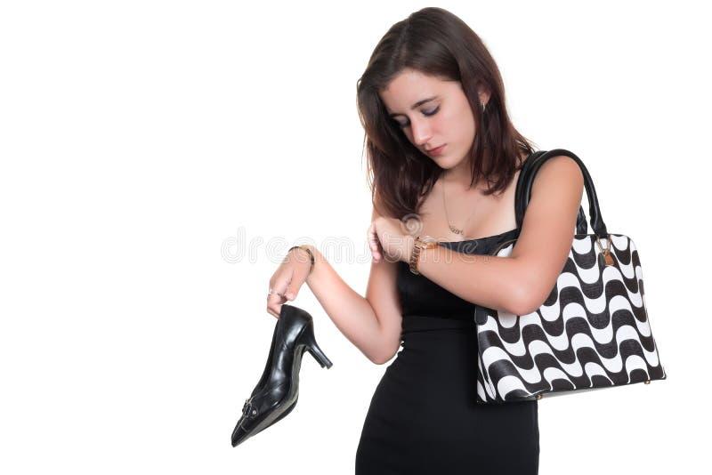 美丽的十几岁的女孩疲倦了于等待检查在她的手表的时间 库存图片
