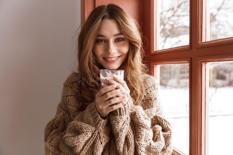 美丽的单身妇女20s照片特写镜头有棕色头发神色的 免版税库存图片