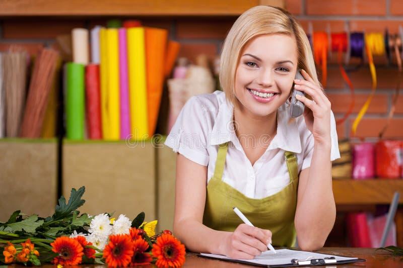 美丽的卖花人在工作。 免版税库存图片