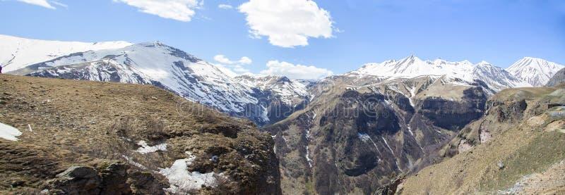 美丽的卡兹别克山在乔治亚欧洲全景 免版税库存照片