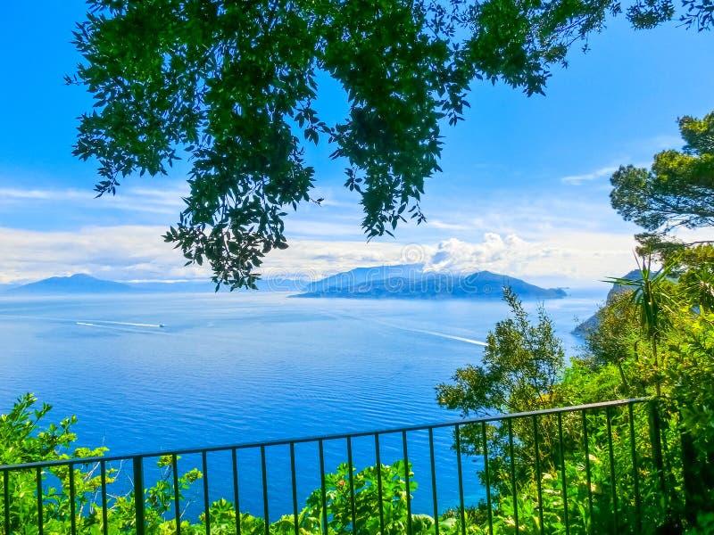 里岛地?_地中海海岸的卡普里岛,美丽和着名海岛,那不勒斯 意大利 拼贴画.