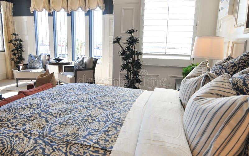 美丽的卧室内部陈列室 免版税库存照片