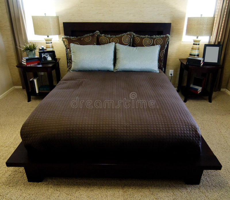 美丽的卧室内部陈列室 免版税库存图片