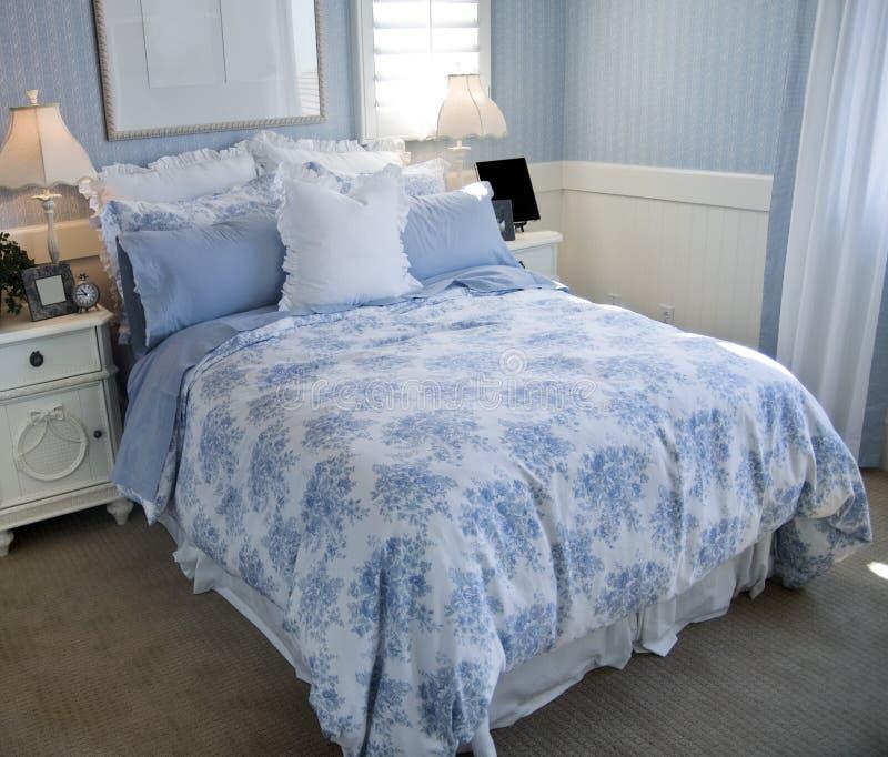 美丽的卧室蓝色内部 库存照片