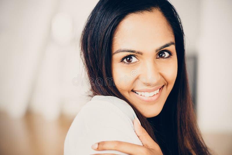 美丽的印地安妇女画象愉快微笑 免版税图库摄影