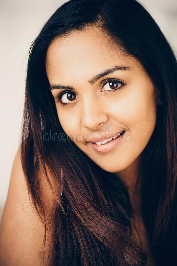 美丽的印地安妇女画象愉快微笑 免版税库存图片