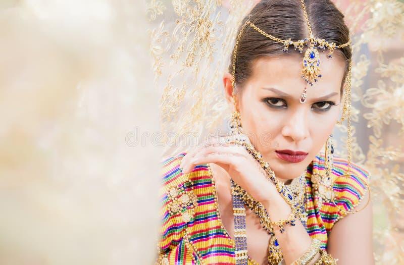 美丽的印度女孩年轻印度妇女模型的关闭与kundan首饰 免版税图库摄影