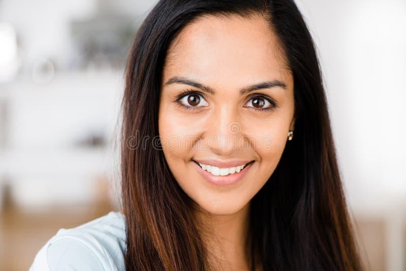 美丽的印第安妇女纵向愉快微笑 库存图片