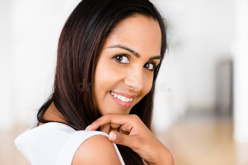 美丽的印第安妇女纵向愉快微笑 免版税库存照片