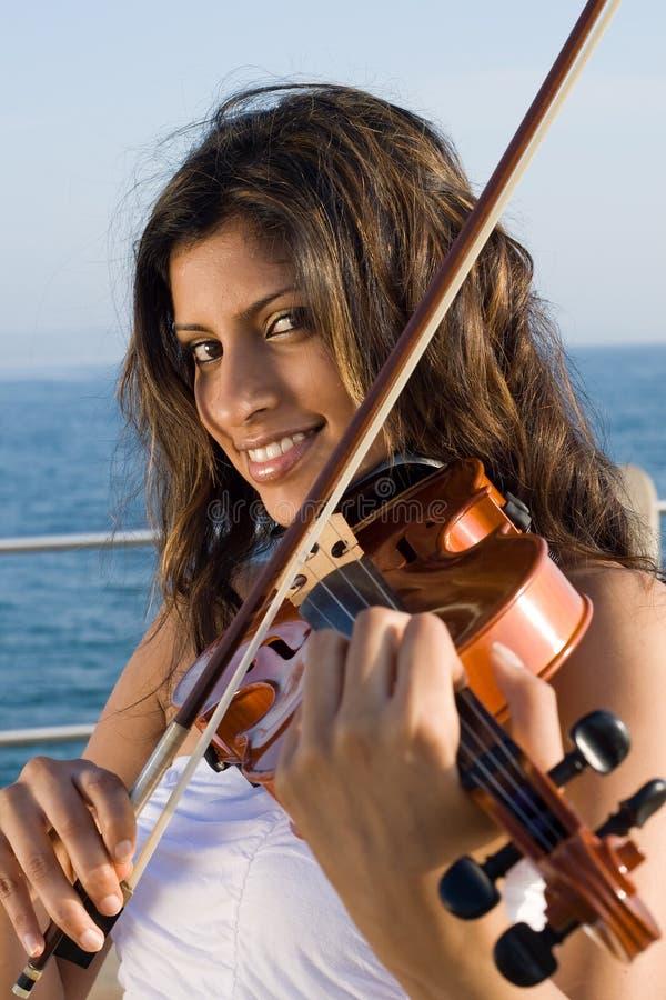 美丽的印第安小提琴手 免版税库存图片