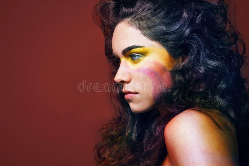 美丽的卷发长的妇女年轻人 库存照片