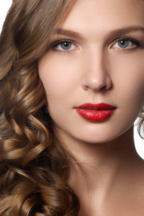 美丽的卷发长的妇女年轻人 与长的卷曲棕色头发的美好的模型 与发光的容量卷发的可爱的模型 免版税图库摄影