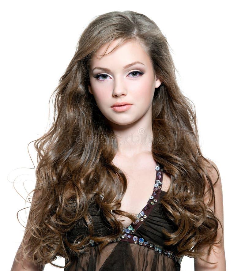 美丽的卷曲长期女孩头发年轻人 免版税图库摄影