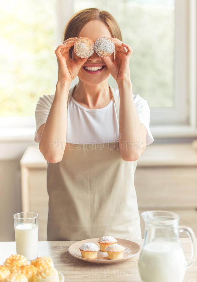 美丽的厨房妇女 免版税库存图片
