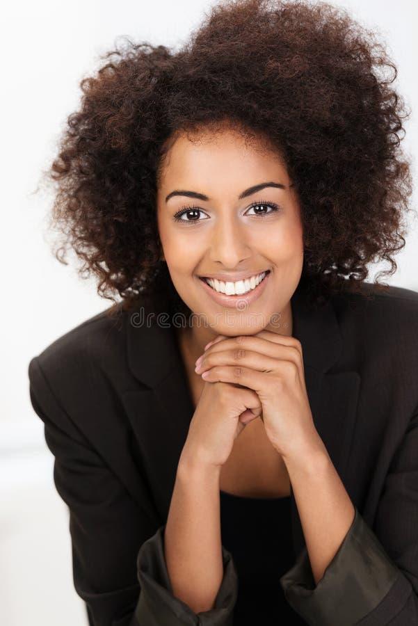 美丽的友好的非裔美国人的女实业家 库存图片
