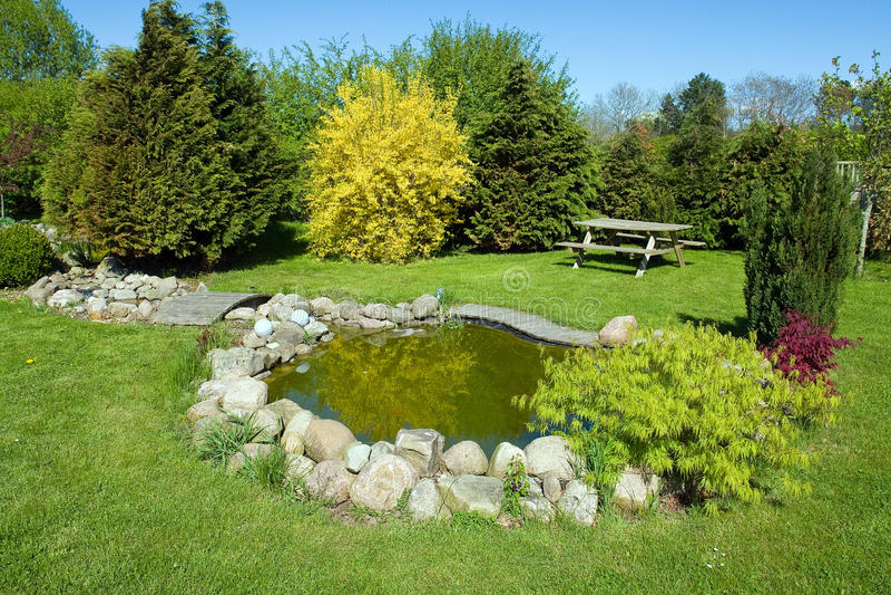 美丽的古典鱼庭院池塘 库存照片