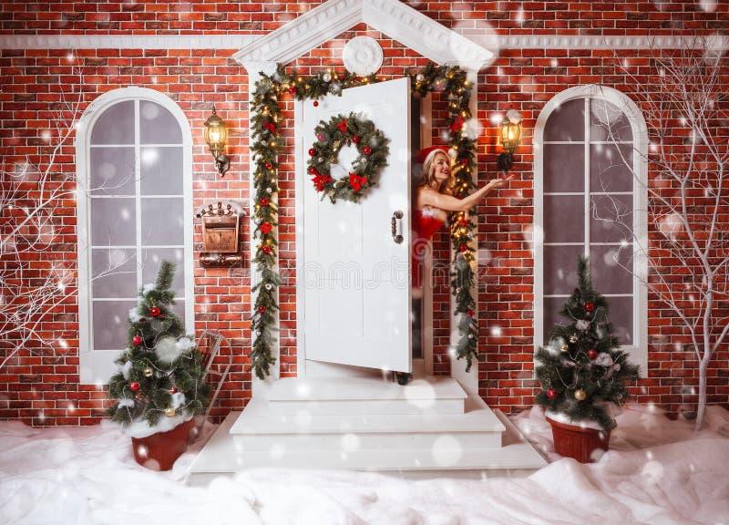 美丽的可爱的妇女在圣诞老人衣裳 免版税图库摄影