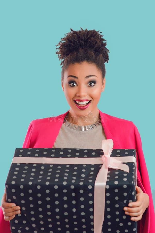 美丽的可爱的快乐的微笑的年轻女人混杂的rase藏品圣徒情人节礼物 免版税图库摄影