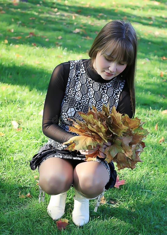 美丽的叶子槭树妇女 图库摄影