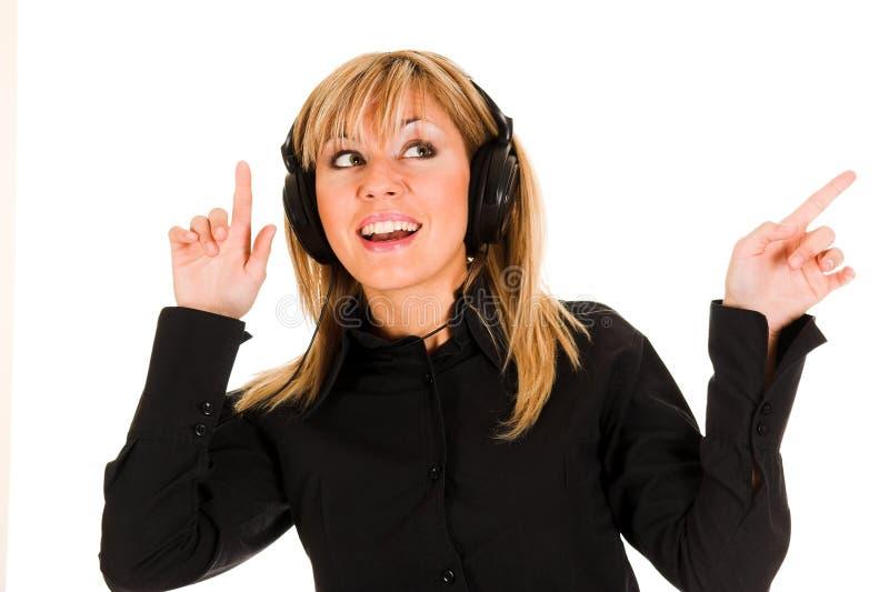 美丽的听的音乐微笑的妇女年轻人 库存图片