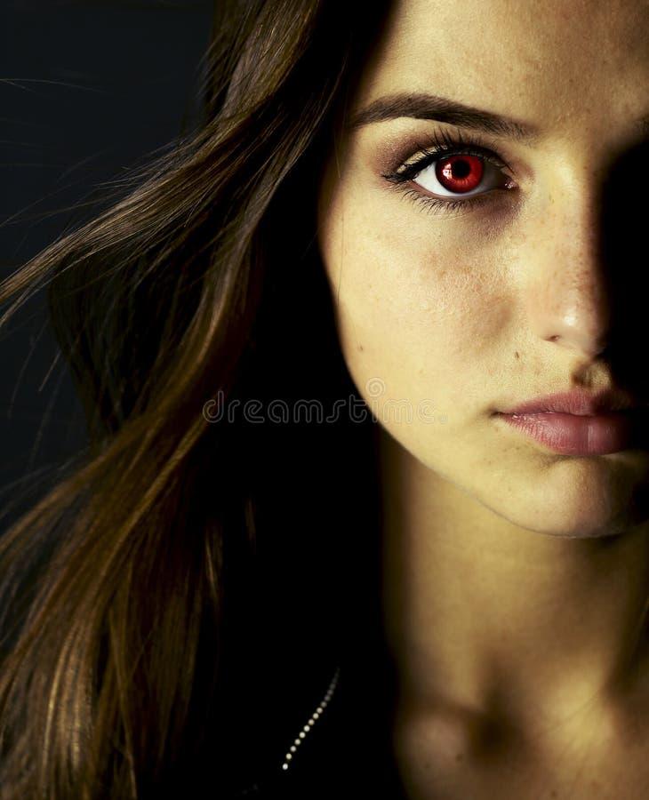 美丽的吸血鬼少妇画象  免版税库存照片