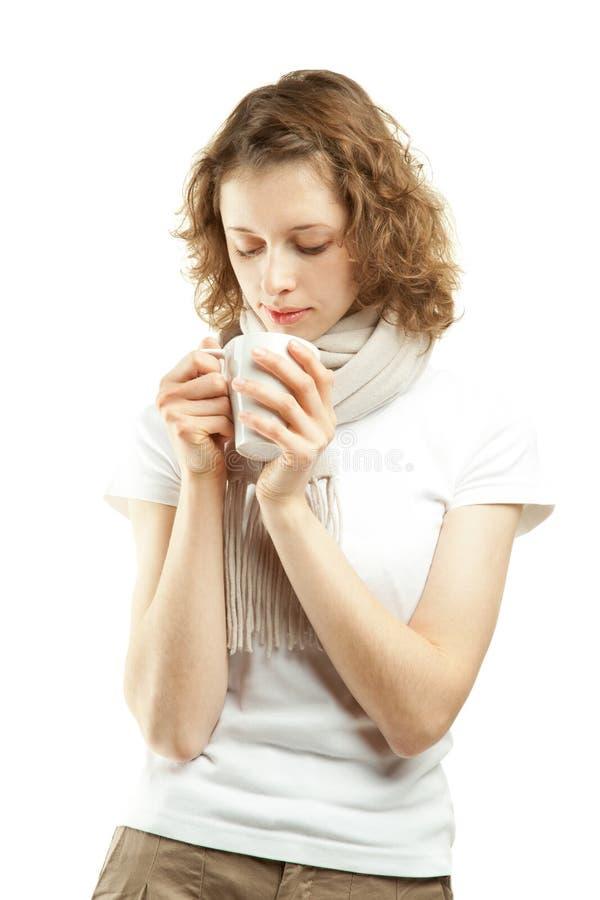 美丽的咖啡饮用的茶妇女年轻人 免版税图库摄影