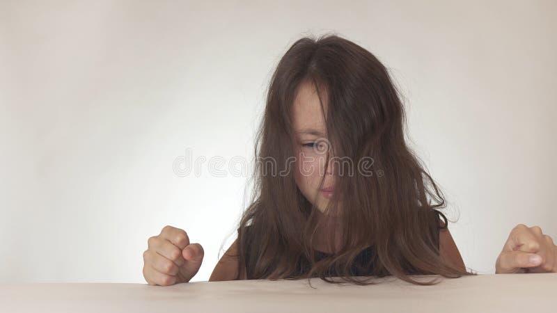 美丽的哀伤的十几岁的女孩表现出怨气和悲伤在白色背景 库存图片