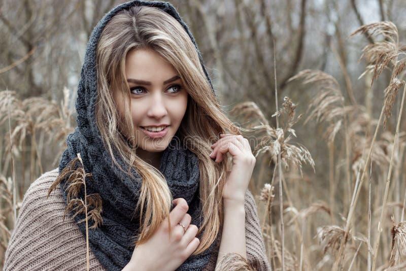 美丽的哀伤的女孩在领域走 在棕色口气的照片 免版税库存照片