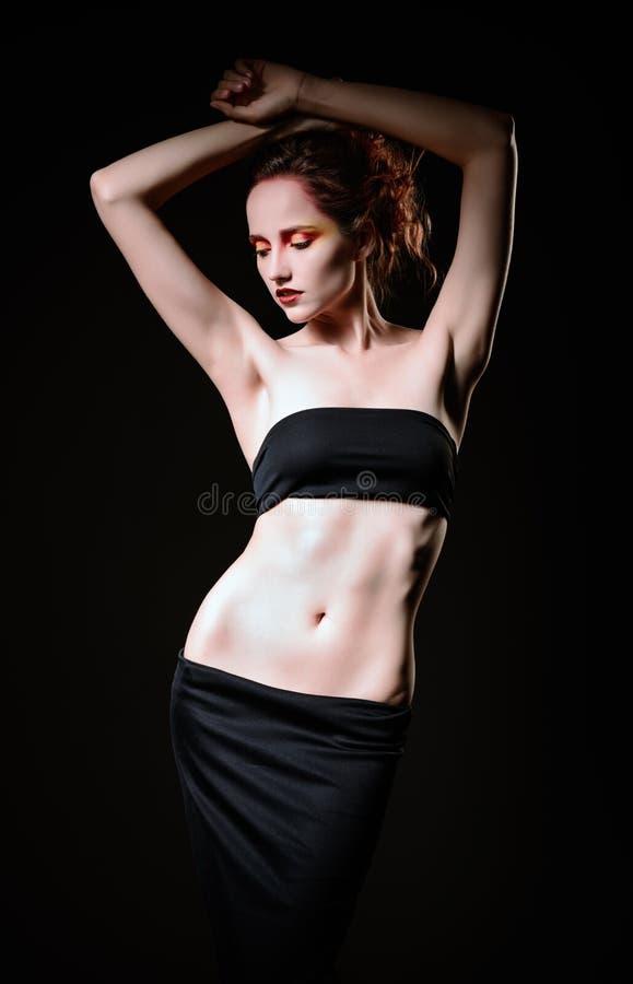 美丽的哀伤的红发妇女剧烈的演播室画象  库存照片
