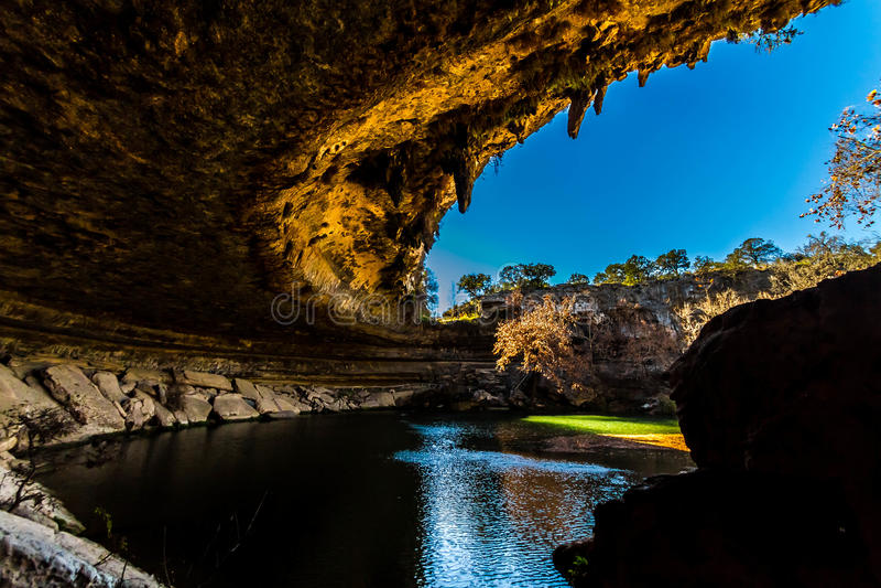 美丽的哈密尔顿水池,得克萨斯看法,秋天的,在污水池的洞穴里面 免版税库存图片